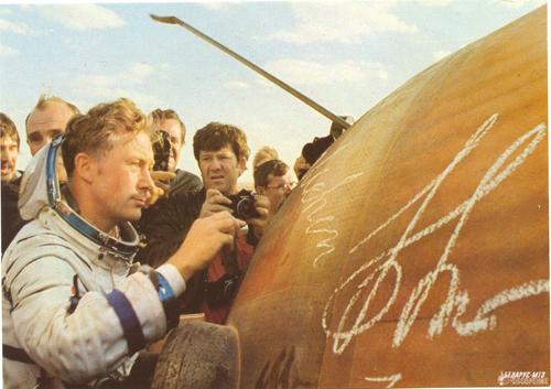 Зигмунд Йен расписывается на корпусе спускаемого аппарата