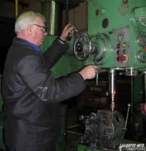 Наладчик оборудования Николай Добровольский подготавливает к работе радиально-сверлильный станок.