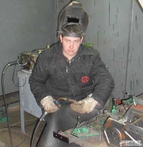 Электросварщик Андрей Полубочка занят сваркой ручной тележки.