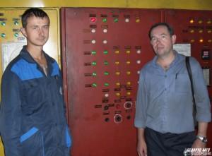 Инженер-электроник Александр Кошман и электромонтер Олег Шепелевич возле шкафа управления сушила эмали.