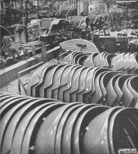 Новый главный конвейер был на 75 метров длиннее прежнего. На нем можно было одновременно собирать 40 машин.