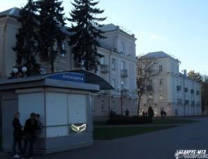 …а напротив Дворца вместо «ворот» поселка автозавода — шикарные «ворота-гиганты».
