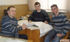 Виталий Бакун, Дмитрий Харченко и Андрей Тузиков обсуждают будущий проект производства работ по монтажу козлового крана.