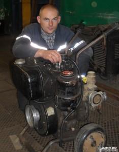 Максим Илькевич производит срочный ремонт дизельной мотопомпы.