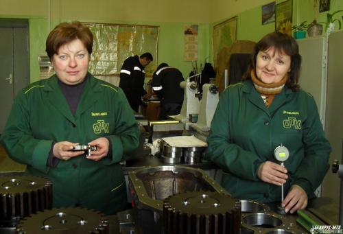 Бригадир контролеров в ОЦ-2 Ирина Мельник с коллегой Евгенией Грибко проверяют качество корпуса силового привода.