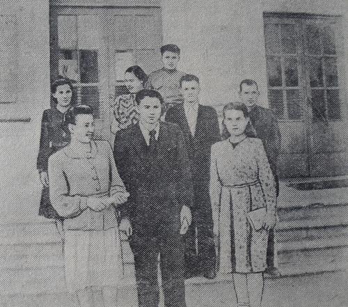Группа выпускников вечерней школы № 7 у здания учебного заведения после сдачи очередного экзамена. Справа в переднем ряду — фрезеровщица-стахановка инструментального цеха Нина Тупальская. Все экзамены за 10-й класс в 1953 году она сдала на «отлично».