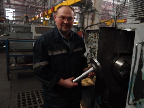 Один из лучших токарей участка Дмитрий Зубко выполняет срочное задание.