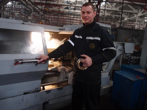Перспективный, недавно закончивший вуз шлифовщик, оператор станков с ПУ Владимир Янушонок способен работать на любом станке участка.