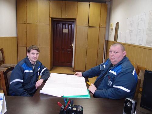 Начальник участка Сергей Коско (справа) и старший мастер Олег Фроменков подводят итоги работы в феврале.