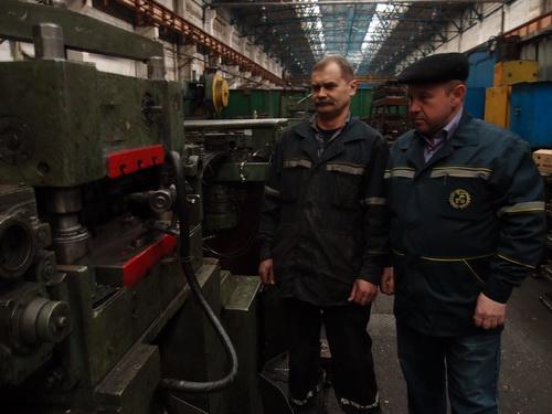 Мастер Виктор Кучинский и слесарь-ремонтник Сергей Пешко обсуждают последовательность ремонта пресса-автомата.