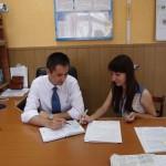 Александр Климко и Ольга Минич обсуждают детали корпоративной поездки в День металлурга.