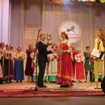 Награды участникам фестиваля вручает  директор ДК МТЗ Владимир Кирута.