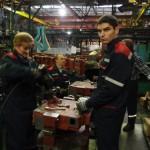 Слесари механосборочных работ Ирина Шелкович и Дмитрий Крук за сборкой маслобака.