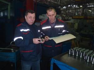 Мастер Геннадий Римашевский и начальник участка Николай Ермолич обсуждают внедрение в производство детали «вал шестерни».