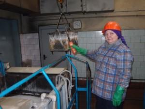 Людмила Лапуцкая фосфотирует патрубок.