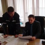 Начальник цеха Александр Шупенько (справа) и начальник службы отгрузки запасных частей Алексей Рогозик уточняют сроки отправки грузов.