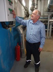 Монтажник санитарно-технических систем и оборудования Александр Васильев включает электрозадвижку подачи пара в МЦ-5.