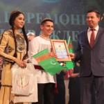 Приз зрительских симпатий представителям Туркменистана вручает Андрей Сусленков.