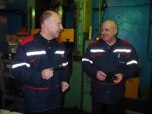 Заместитель начальника ЦОП-1 по производству Владимир Сорока (справа) и мастер участка Сергей Бачило обсуждают качество новой резиновой детали.