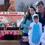 Юлия Рунцо с дочерьми  и председатель Белорусской федерации легкой атлетики Вадим Девятовский.